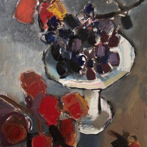 Хурма и белая ваза с виноградом